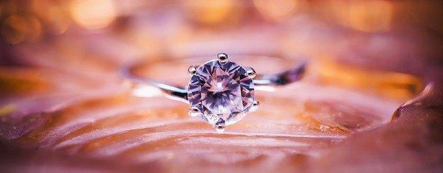 Une bague diamant, synonyme de finesse et de luxe